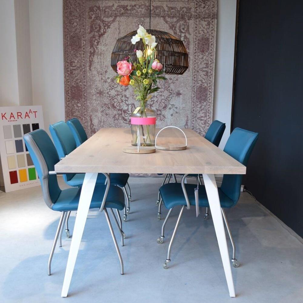 Eettafel Square met blauwe stoelen