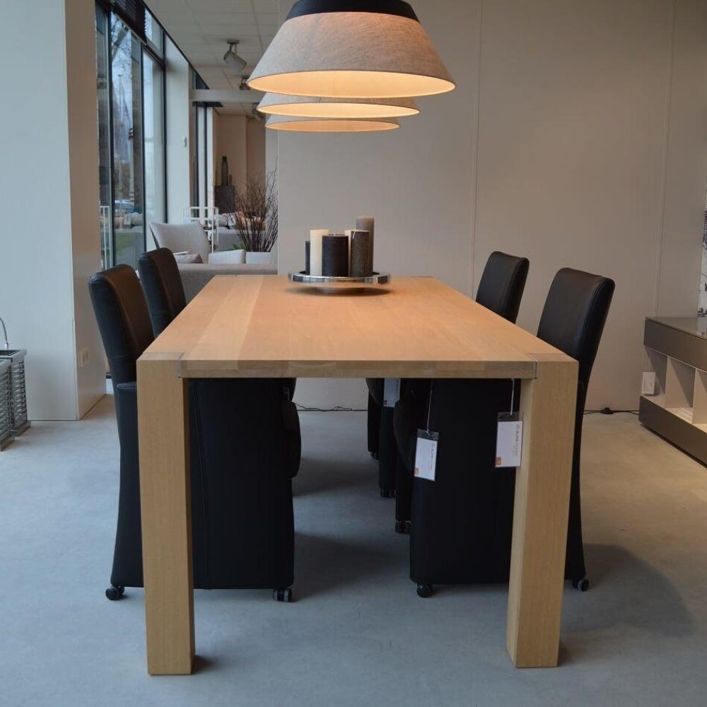 Eettafel Central met zwarte stoelen
