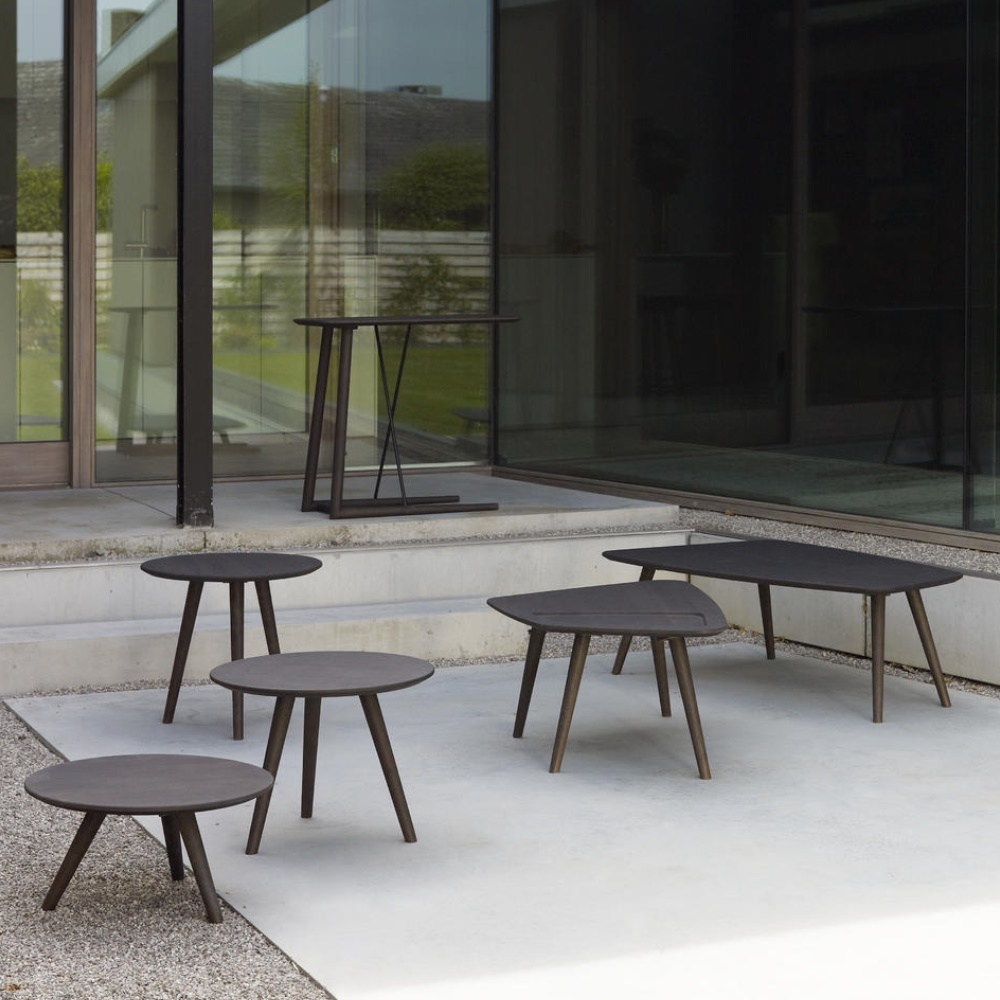 Verschillende Passe Partout tafeltjes in een donkere kleur