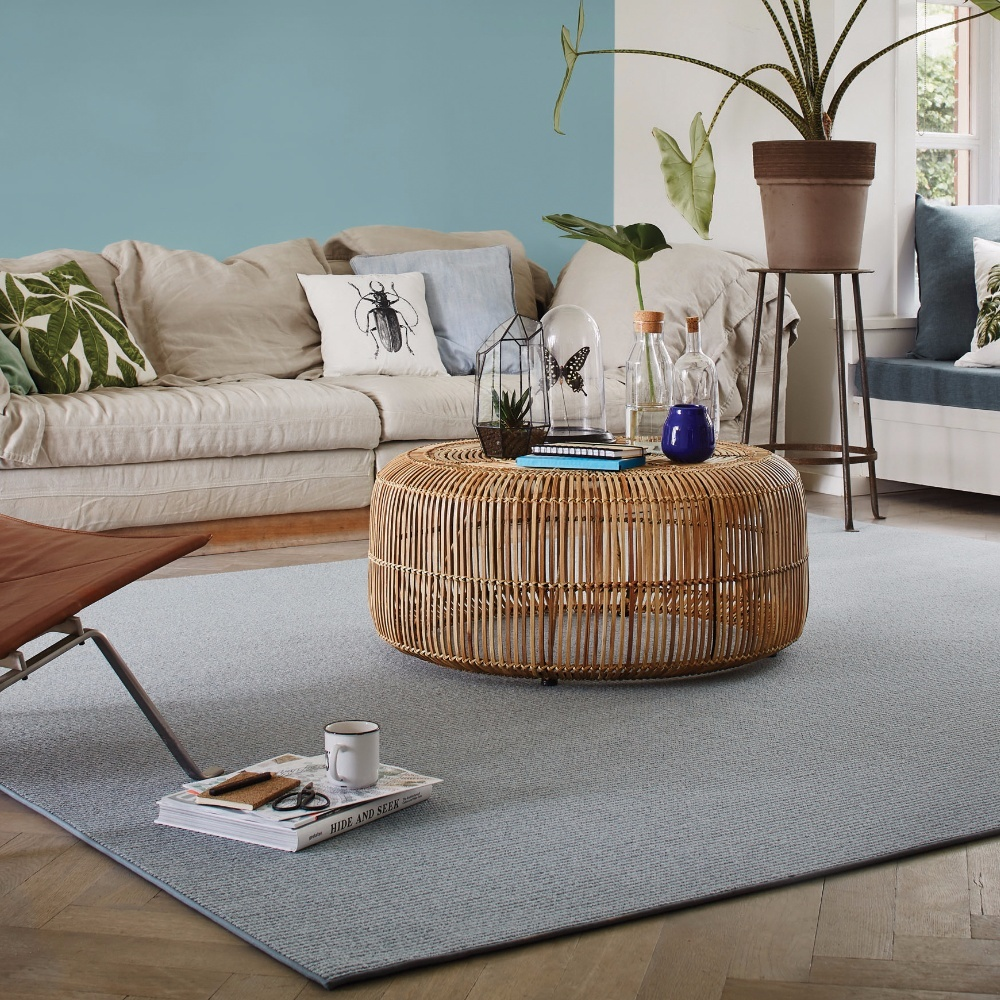 Interieur met een lichtgrijze tapijt van Dessio Studio