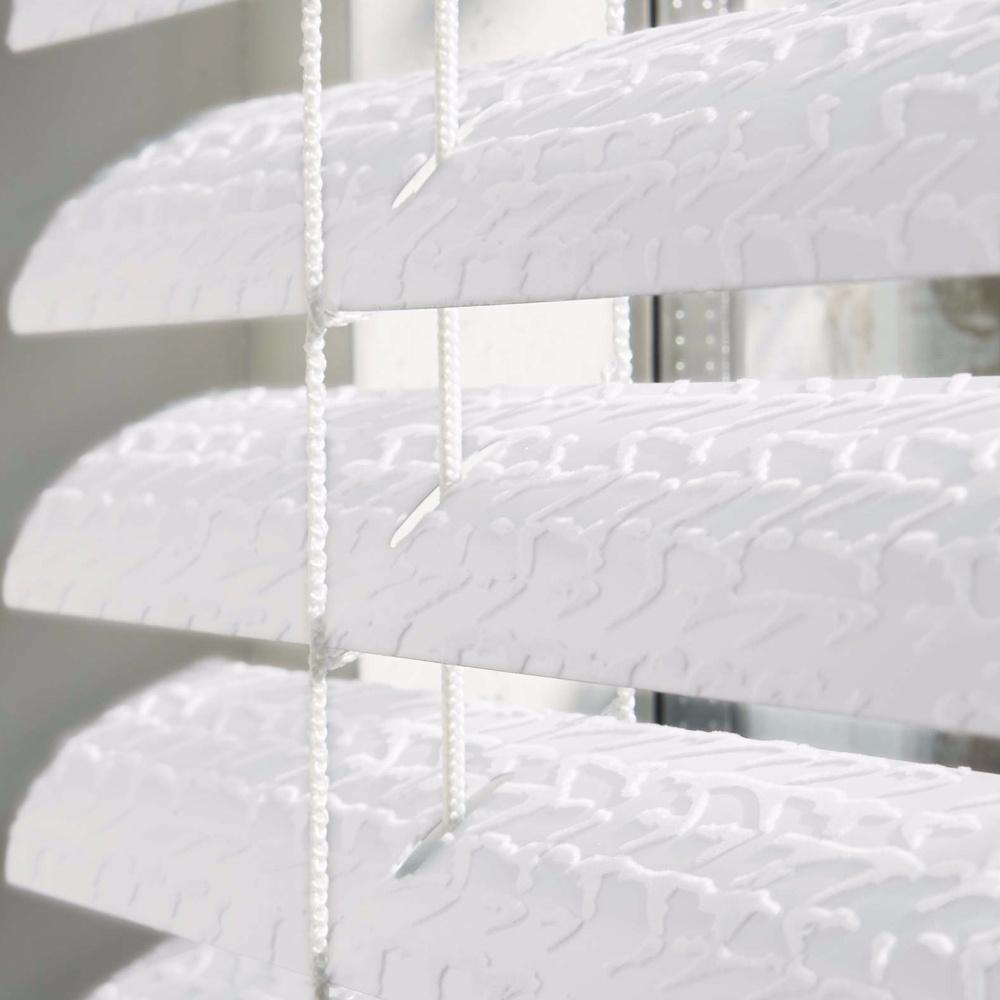 Witte horizontale jaloezie met patroon